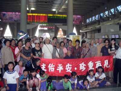 Despedida en el aeropuerto de Kaohsiung de los agustinos recoletos de la Provincia de San Nicolás de Tolentino, con fieles, alumnos de las escuelas infantiles y recoletos de la Provincia de San Ezequiel Moreno.